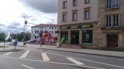 Hüpfburg neben einem Subway Restaurant