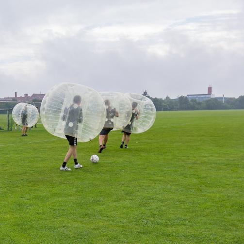 Ein Team spielt Fußball mit Bumperbällen