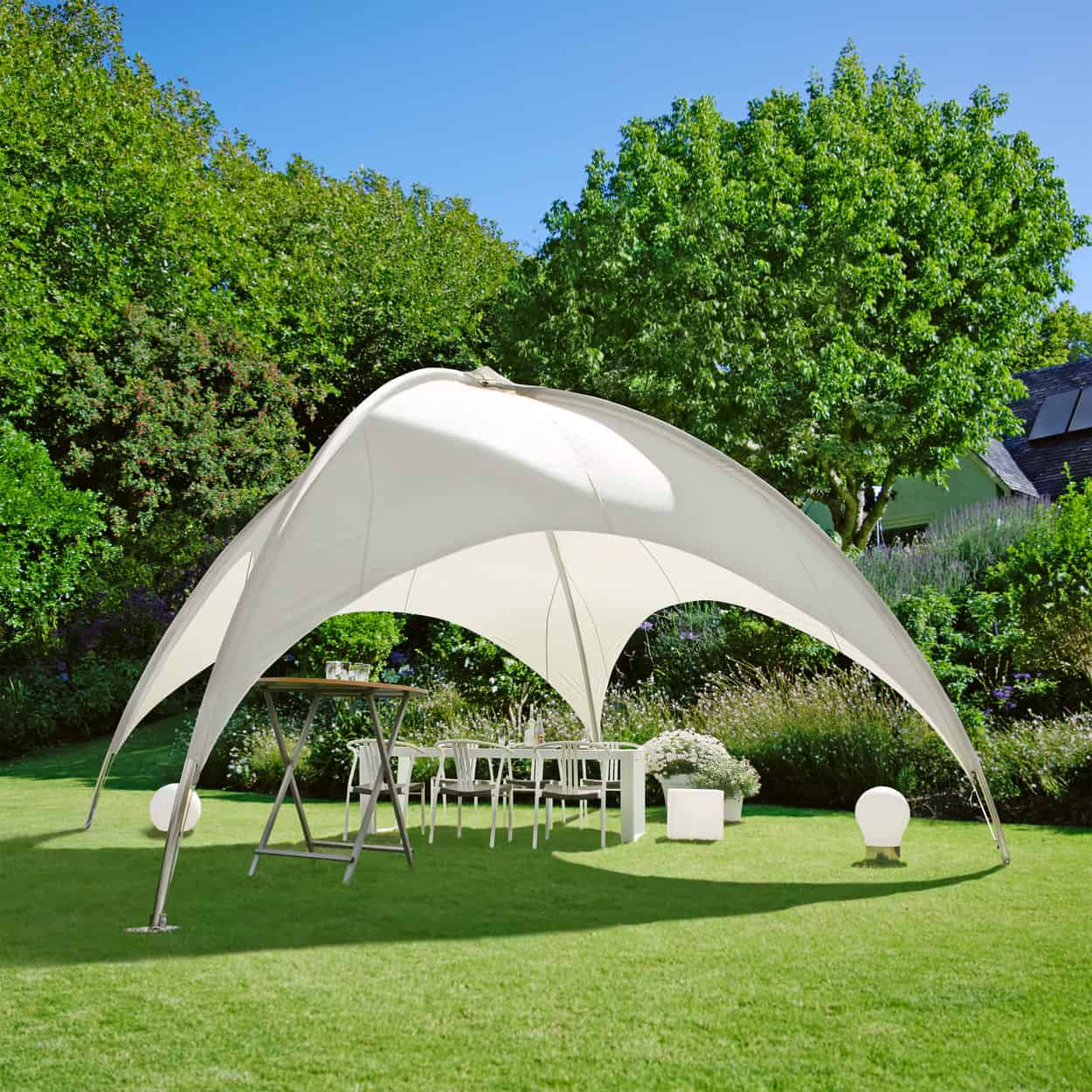 Ein Kuppelzelt im Garten